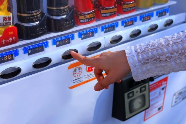 ペットボトル飲料を自動販売機で買う