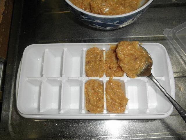医者が考案した「長生きみそ汁」を製氷皿に入れる